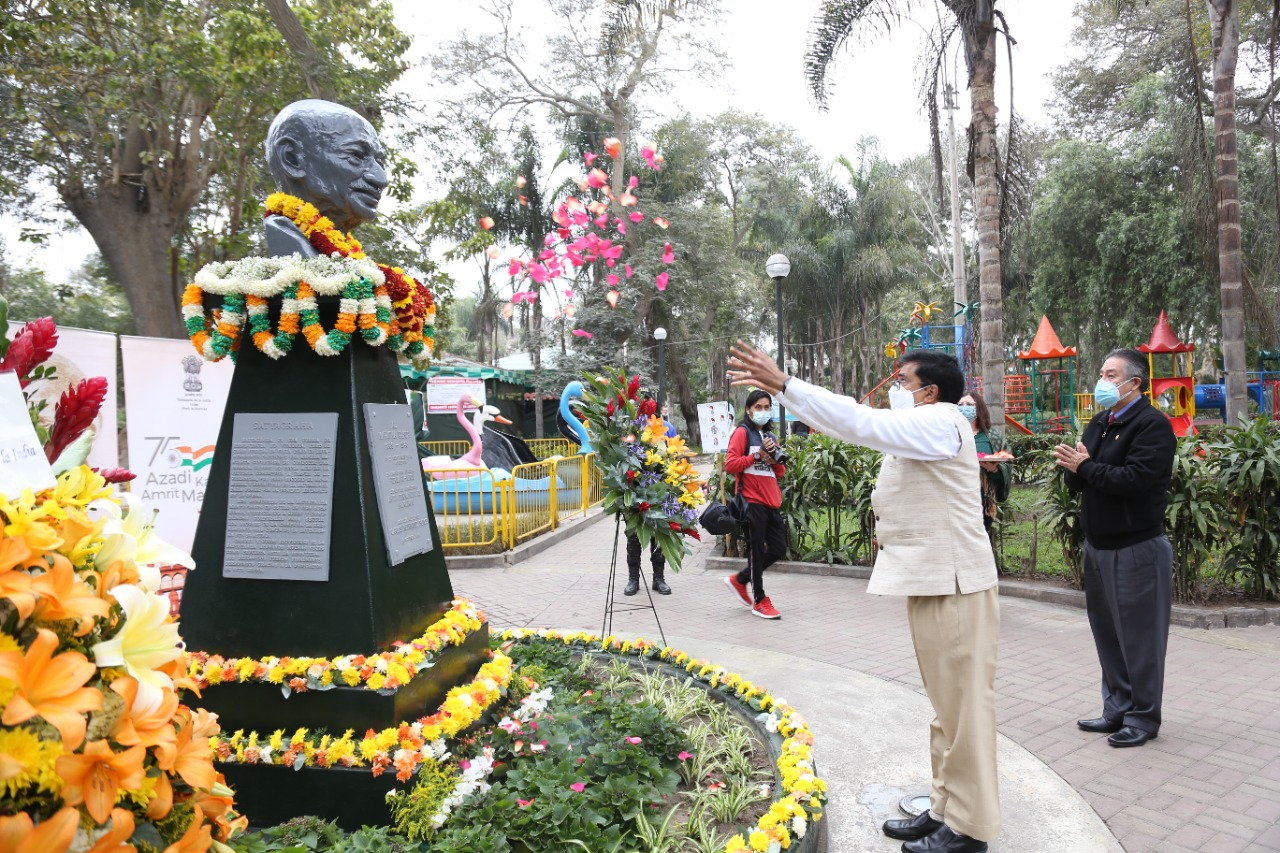 #GandhiJayanti 2021 celebrations in Peru began with an offering of floral tributes at Mariscal Castilla Park in Lima by Mayor of Lince Municipality, Mr. Vicente Amable Vicente Amable Escalante & Ambassador Subbarayudu.