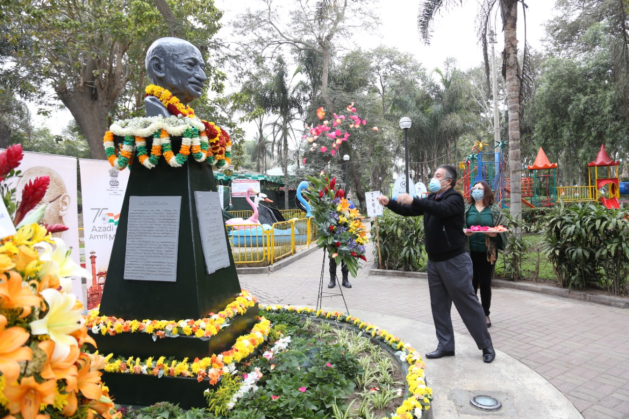 #GandhiJayanti 2021 celebrations in Peru began with an offering of floral tributes at Mariscal Castilla Park in Lima by Mayor Vicente Amable of Lince & Ambassador Subbarayudu. Gandhiji's legacy, message & methods continue to inspire millions.