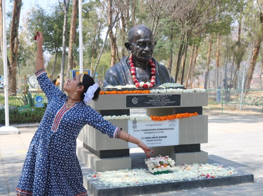 To mark #GandhiJayanti 2021, Vice Mayor Maria del Carmen along with local communities offered floral tributes to Mahatma Gandhi at the Parque del Sol in La Paz. The Bronze bust of Mahatma Gandhi was unveiled on 31st August 2021.
