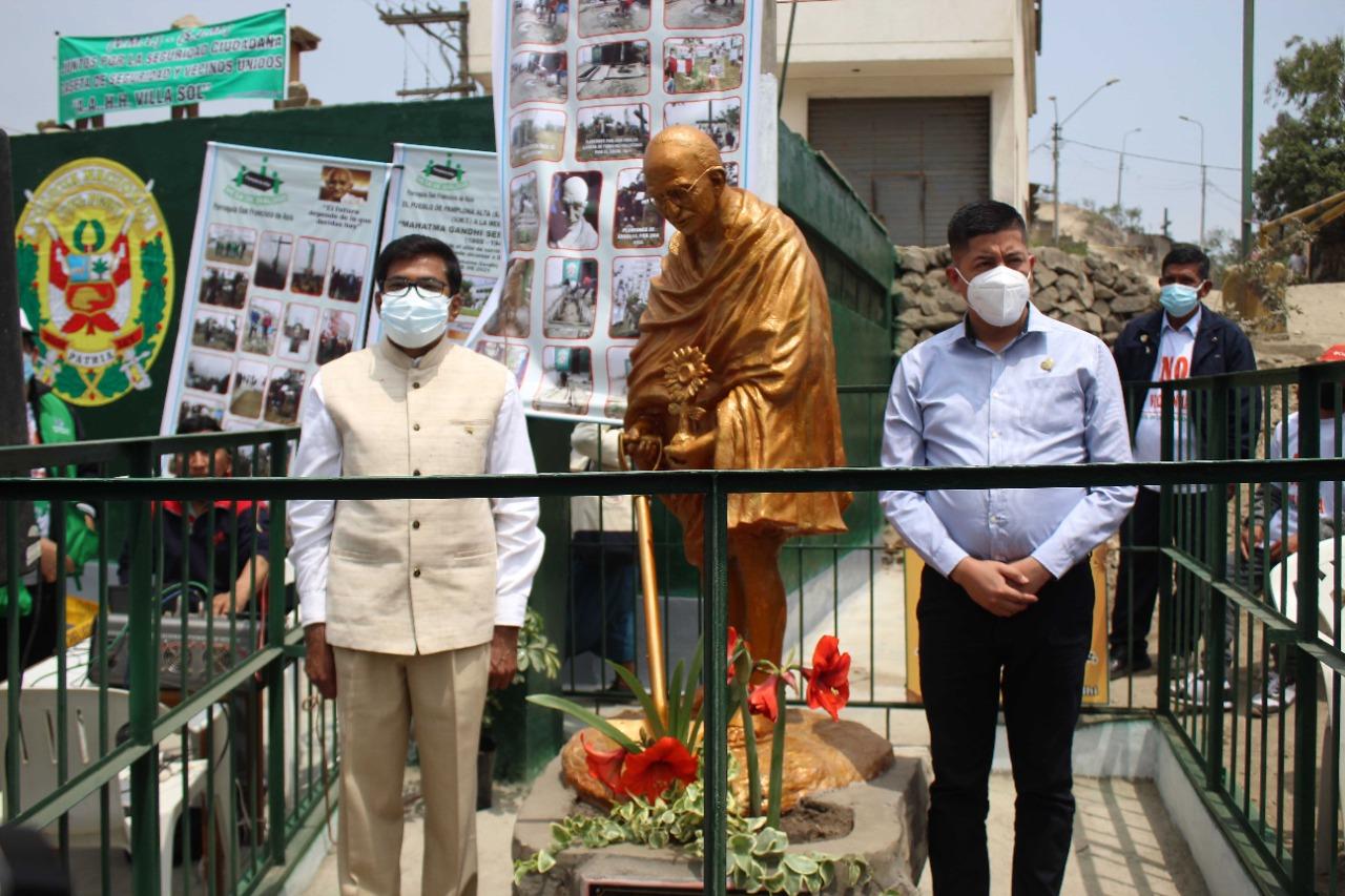 #MahatmaGandhi statue was unveiled by Mayor of San Juan De Miraflores Municipality, Mr. Daniel Castro and Ambassador Subbarayudu.