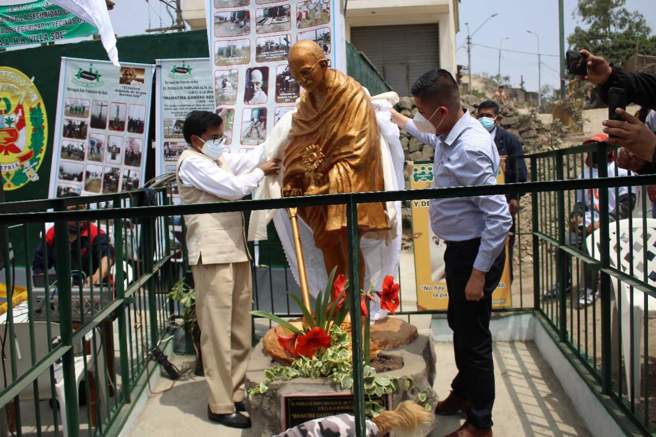 #MahatmaGandhi statue was unveiled by Mayor of San Juan De Miraflores Municipality Mr. Daniel Castro and Ambassador Subbarayudu. An intiative of local communities of San Juan de Miraflores and Villa Maria del Trifuno. Gandhiji as imagined by Sculptors Santos and Garfias.