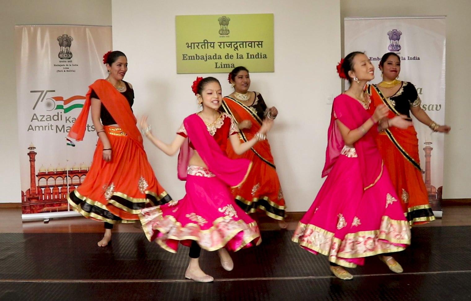 As part of #AzadiKaAmritMahotsav celebrations, under #IndiaWeek,  Embassy of India, Lima  organised an event manifesting Creative Dance in Indian films