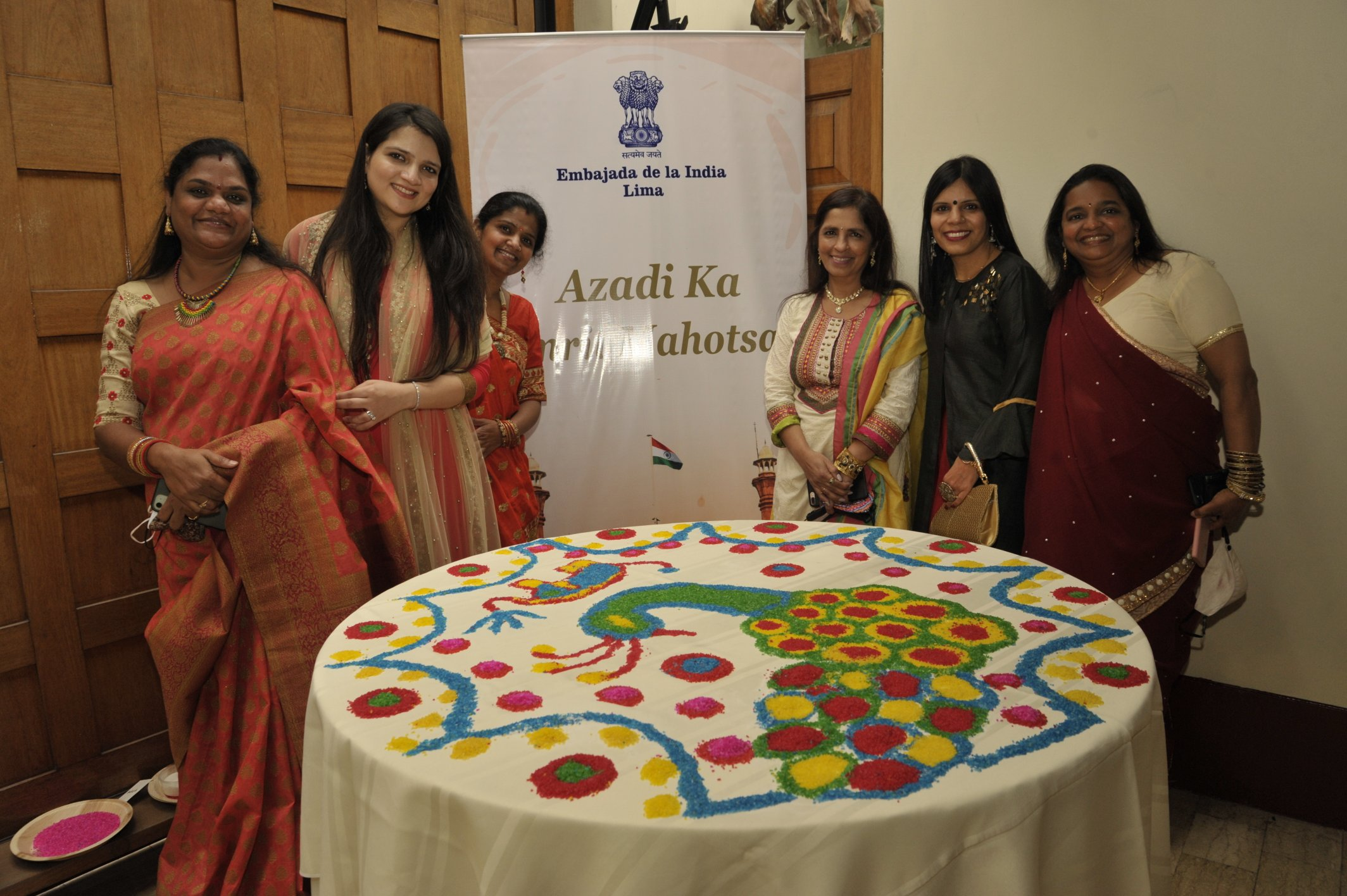#AzadiKaAmritMahotsav celebrations during an #IndiaWeek highlighted 'India: A Land of Festivals'. Event organsied by @eoilima created a festive atmosphere with colours (Rangoli), traditional dance (Dandiya), music & food.